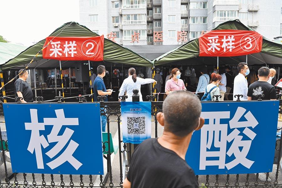 大陸釋善意,台灣醫院出具核酸檢測證明,到廈門再通過檢測,最快只須隔離2天。圖為北京核酸檢測採樣。(中新社)