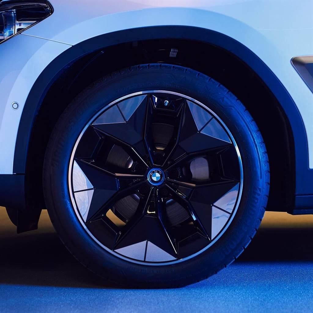 新型空氣力學輪圈具有獨特的塑料插入件,可使阻力係數降低約5%,所提升的效率可增加約10公里(WLTP)的行駛里程。輪圈金屬基底可以塗上不同的顏色,並且也可以選擇啞光或拋光表面,就像傳統輪圈一樣。而所有塑料插入件的外觀可以根據指定的光澤、拋光和圖案…等多種方式來進行客製化。