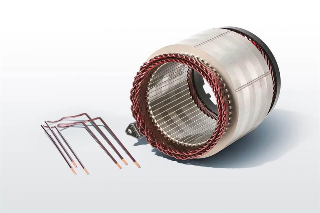 iX3的電動馬達採用電流感應同步電機的原理工作,因此與市場上其他高價位電動車顯著不同。轉子的激發不是由固定永久磁體所引起的,而是來自電力的饋電(電磁鐵)。這種設計允許在製造電動馬達時,完全不需要永磁性部件所需要的稀土。