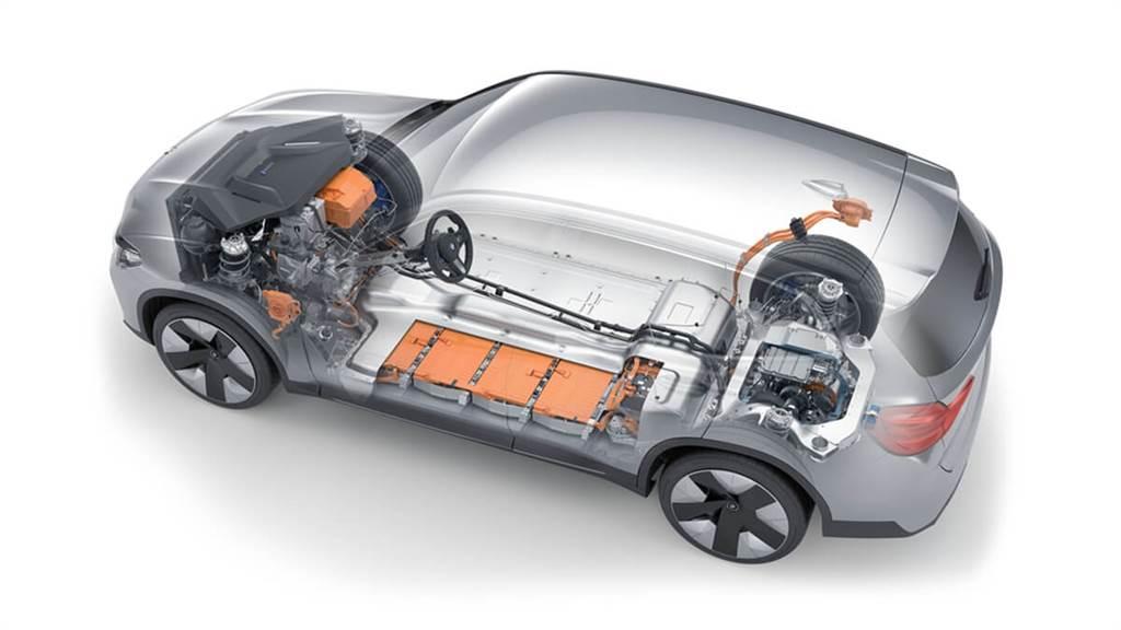 iX3並未採用前後50:50的均衡配重,而是中置引擎/後輪驅動跑車的前43%;後57%的比例,而車頭內也沒有大型「重物」,所以會有截然不同於X3的操控靈活度。