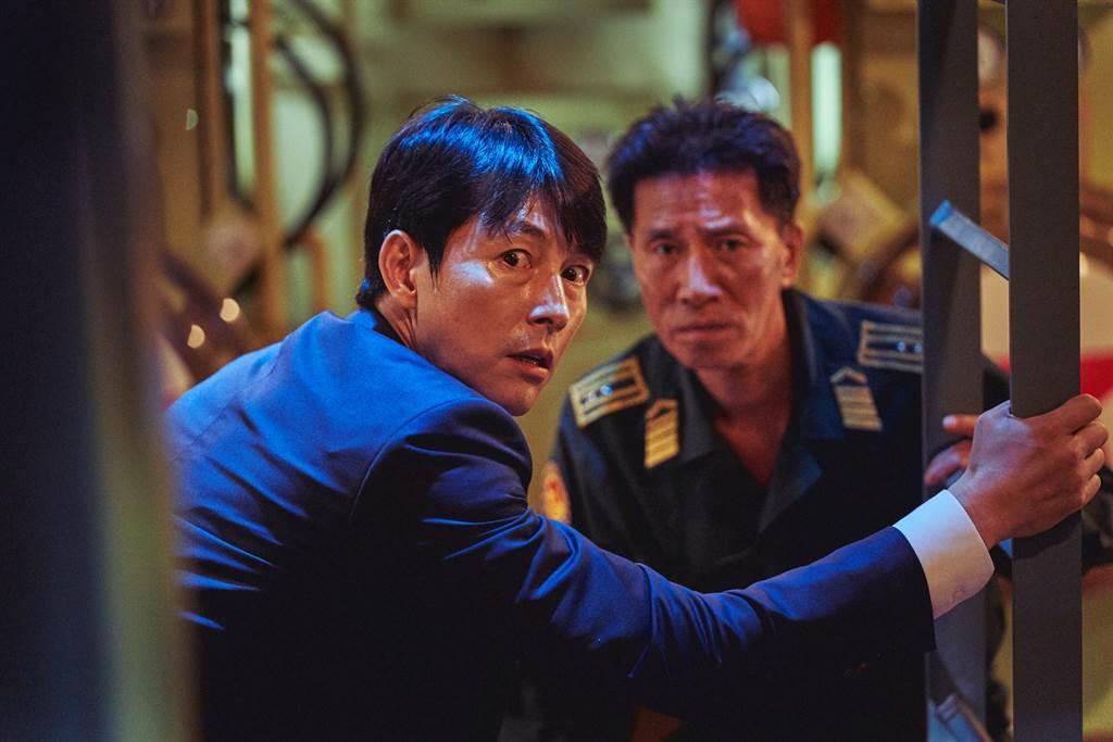 韓國青龍獎影帝鄭雨盛在《鋼鐵雨:深潛行動》中飾演南韓總統,遭綁架到北韓核子潛艦,戰爭一觸即發。(甲上娛樂提供)