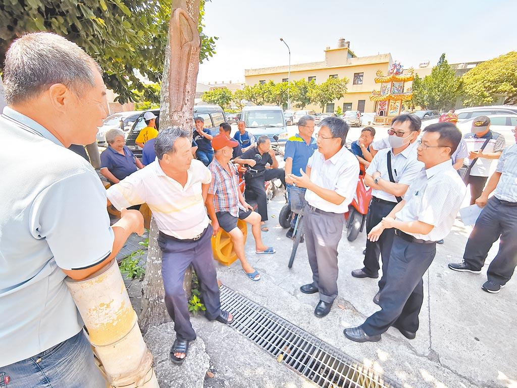 彰化縣農業處長邱奕志(右三)在會議前抵達現場,與當地居民交流意見,尋求共識。(吳建輝攝)