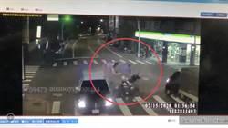 直擊》無照少年闖紅燈飆速撞警 噴飛空中翻滾1死3傷