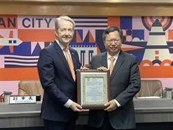 鄭文燦贈榮譽證市民卡給台女婿荷蘭代表紀維德