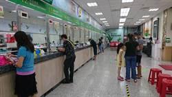 三倍券領取首日 台南市郵局意外比超商順暢