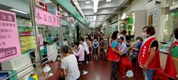 三倍券開領首日  基隆郵局讓老人免排隊 還發「旺旺仙貝」
