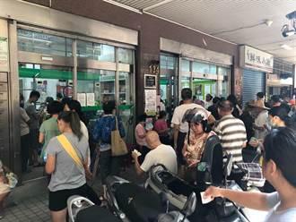 2百多人擠爆郵局!90多歲老翁疑中暑 民眾痛批三倍券亂象