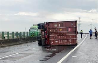 雨彈突襲  台61線彰濱段貨櫃車翻覆