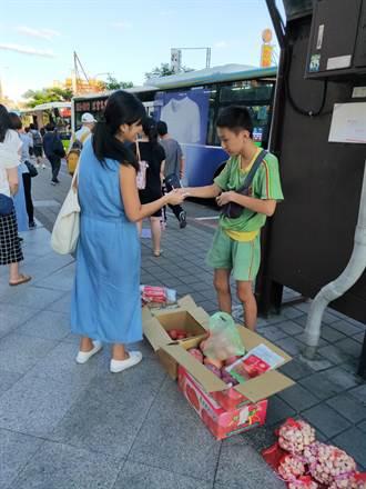 孝行感人!蘆洲半盲國中生街頭幫全盲媽媽賣水果