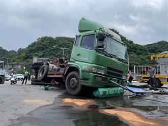 基隆台62甲貨櫃車煞車失靈翻覆 撞斷號誌桿灑滿地油