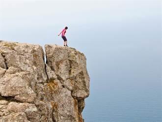 她為了拍網美照爬陡峭岩壁 跌落懸崖驚險畫面曝