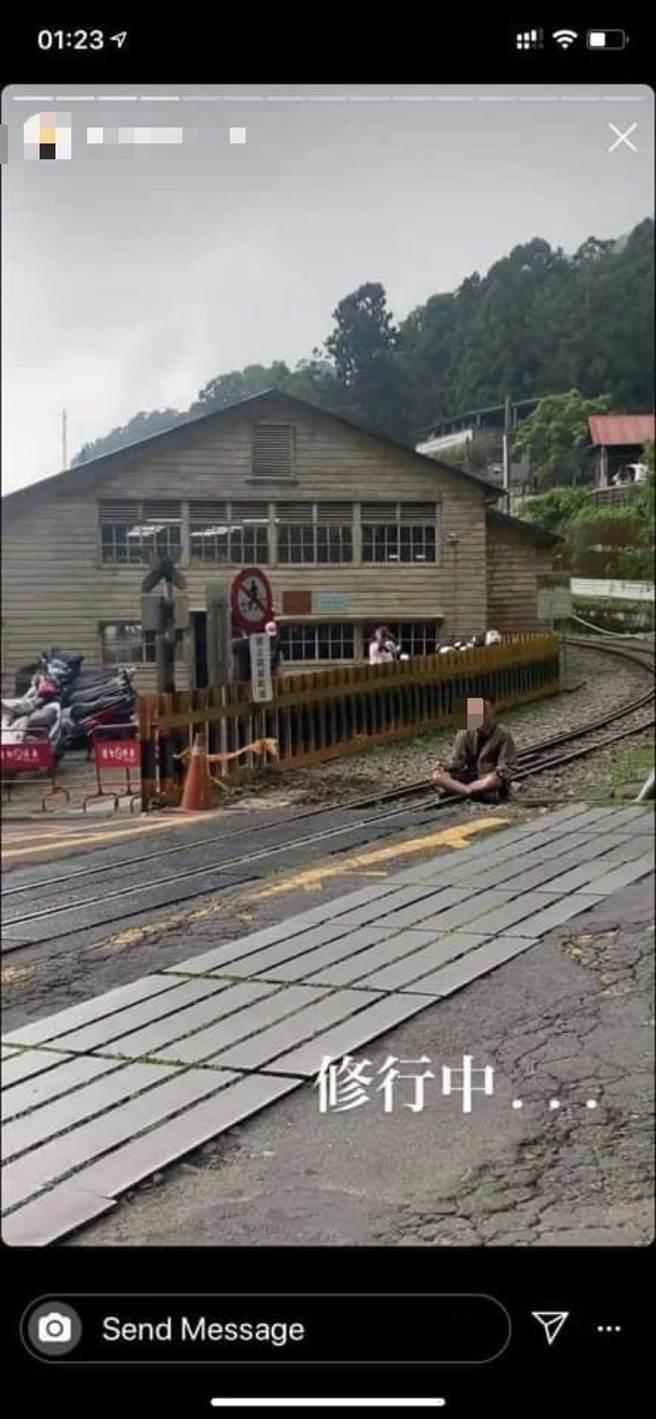 男子將自己在鐵軌上打坐的照片上傳ig,被民眾截圖po網。(翻攝照片/張亦惠嘉縣傳真)