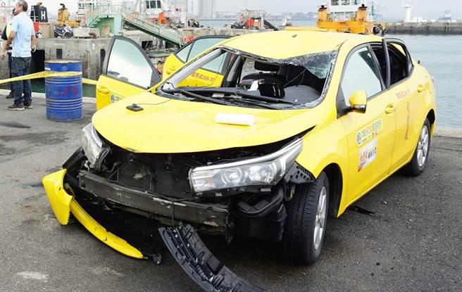 墜海計程車貼有「投保2000萬」貼紙,但其實只有強制險。(王文吉攝)