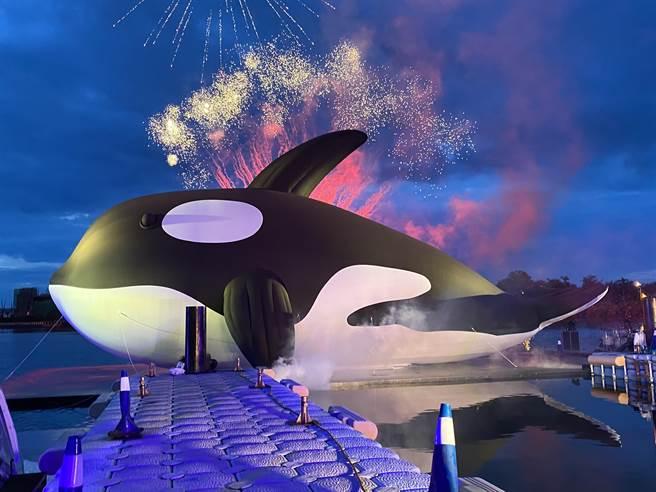 台南市政府主辦的「安平虎鯨-亮晶鯨」今晚在煙火中璀璨登場。(曹婷婷攝)