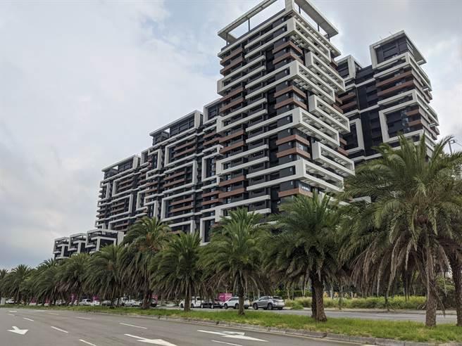 「海上皇宮」高樓層海景戶開價6字頭、成交價5字頭,將會是淡海新市鎮最高價豪宅。(葉思含攝)