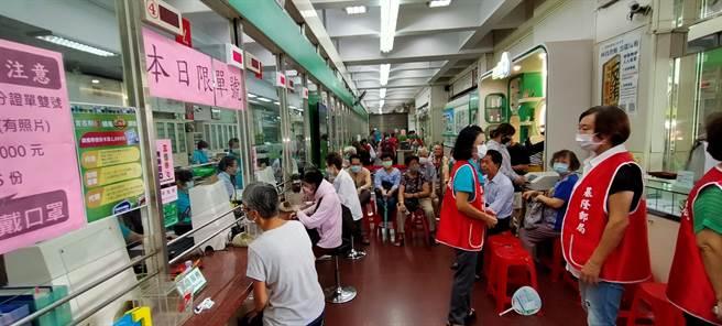 三倍券開領首日,基隆郵局讓老人免排隊,還發「旺旺仙貝」。(吳康瑋攝)