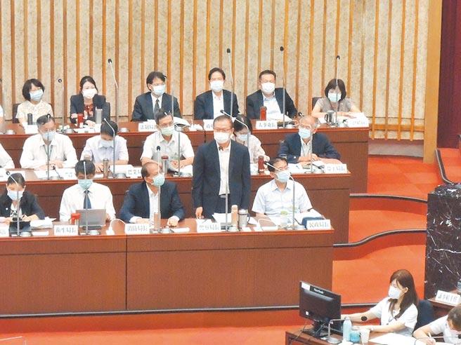 高市警察局長李永癸14日仍進議會備詢,面對媒體關心,他說調動的訊息報紙都寫了,並不覺得委屈,會遵照上級指示。(林宏聰攝)