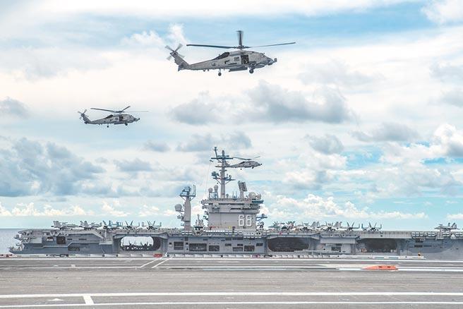 7月6日,美軍尼米茲號和雷根號航母在南海進行演習。(取自美國海軍官網)