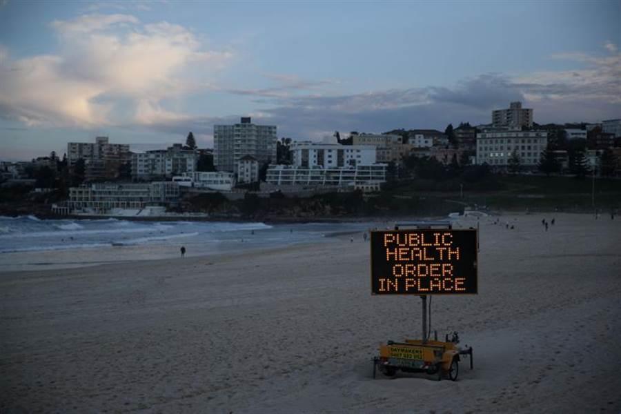 澳洲航空決定停飛所有國際航線知道明年3月。圖為今年5月人煙罕至的雪梨海岸。(路透)