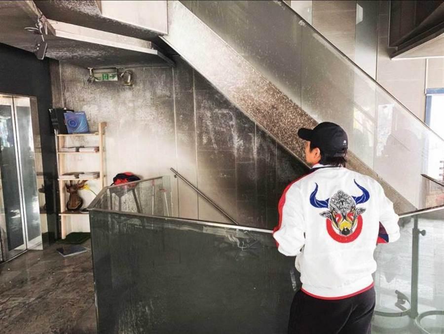 3月初小煜在西門町投資的髮廊發生火警意外,歇業裝潢1個月後,現已重新營業。(圖/翻攝自小煜臉書)