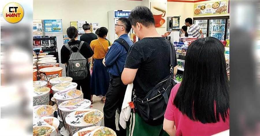民眾在超商排隊預購三倍券人潮(圖/黃耀徵攝)