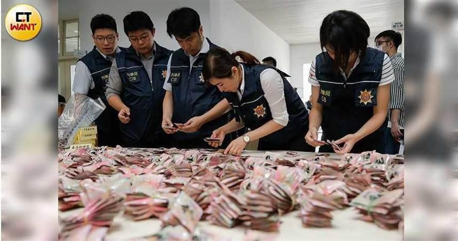 警方發現近年來自東南亞的走私毒品大幅增加,6月15日甫宣告破獲史上最大宗毒品咖啡包原料,市值逾70億元。(圖/翻攝畫面)