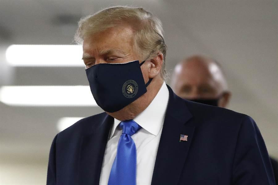 即使美國總統川普願意以身作則在大眾面前戴上口罩,但部分美國人不管疫情再惡化,依舊「打死不戴」,美歷史學者認為對「厭惡遭控制」的部分美國人而言,即使愚蠢,也要強調「不自由毋寧死」。(美聯社)