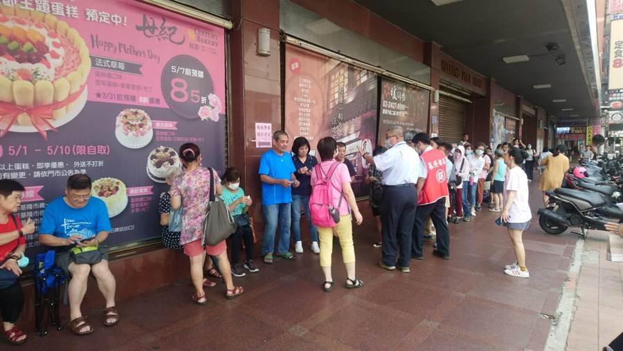 行政院振興三倍券於今日開始發放領取,基隆郵局總局門口一早就排起長長的人龍。(吳康瑋攝)