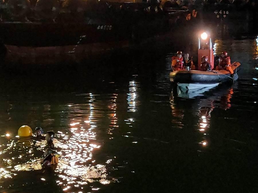 計程車衝進台中港淺水碼頭,僅1名乘客自行脫困,搜救人員出動船艇搜尋失蹤者。(海巡署提供/王文吉台中傳真)