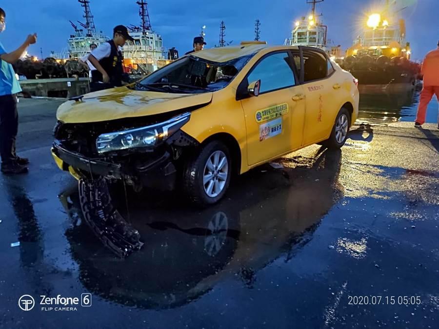 衝進台中港淺水碼頭的計程車,車頭嚴重毀損,李姓男子疑打破後座車窗自行脫困。。(海巡署提供/王文吉台中傳真)