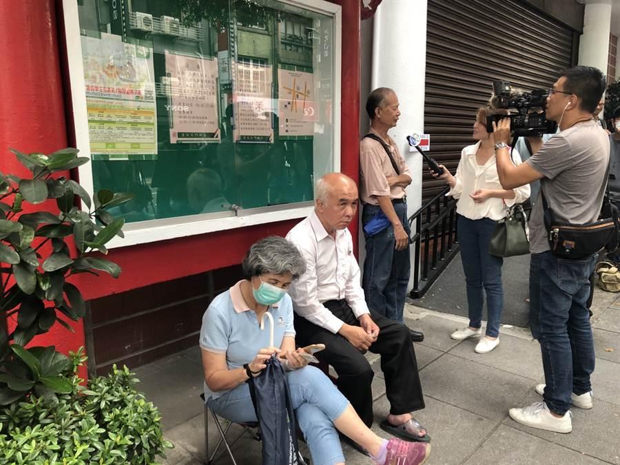 郵局三倍券今早開賣,許多民眾特地起個大早前去排隊。(圖/廖映翔攝)