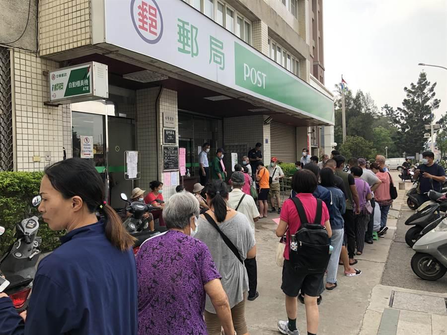 緊鄰金城車站,金門當地最大的郵局,早上8時不到就出現排隊人群。(李金生攝)