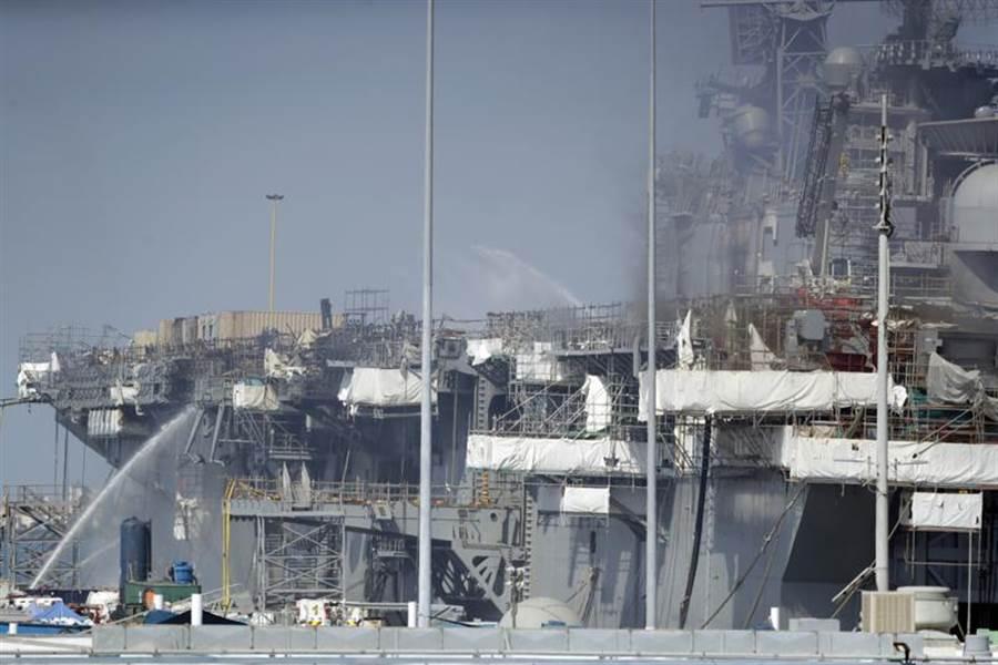 美國海軍兩棲攻擊艦「好人理查」號(USS Bonhomme Richard,LHD-6)火勢持續延燒,消防隊員14日從聖地牙哥碼頭全力灌救。(美聯社)