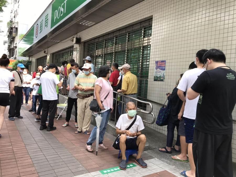 台北市萬華區的莒光郵局尚未營業就出現排隊人龍。(譚宇哲攝)