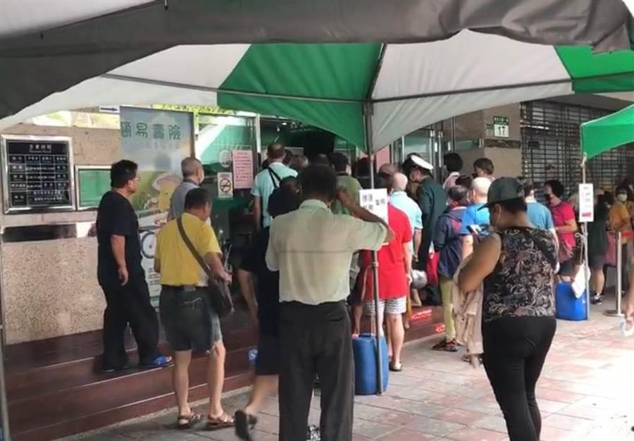 三重區中山路郵局還未營業,門口出現百位民眾排隊,營業後人潮湧入一度騷動 (戴上容攝)