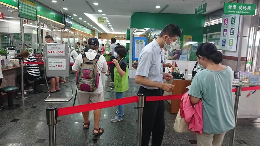 多數民眾表示,不知三倍券有身分證單或雙號購買限制,郵局人員趕緊解釋(戴上容攝)