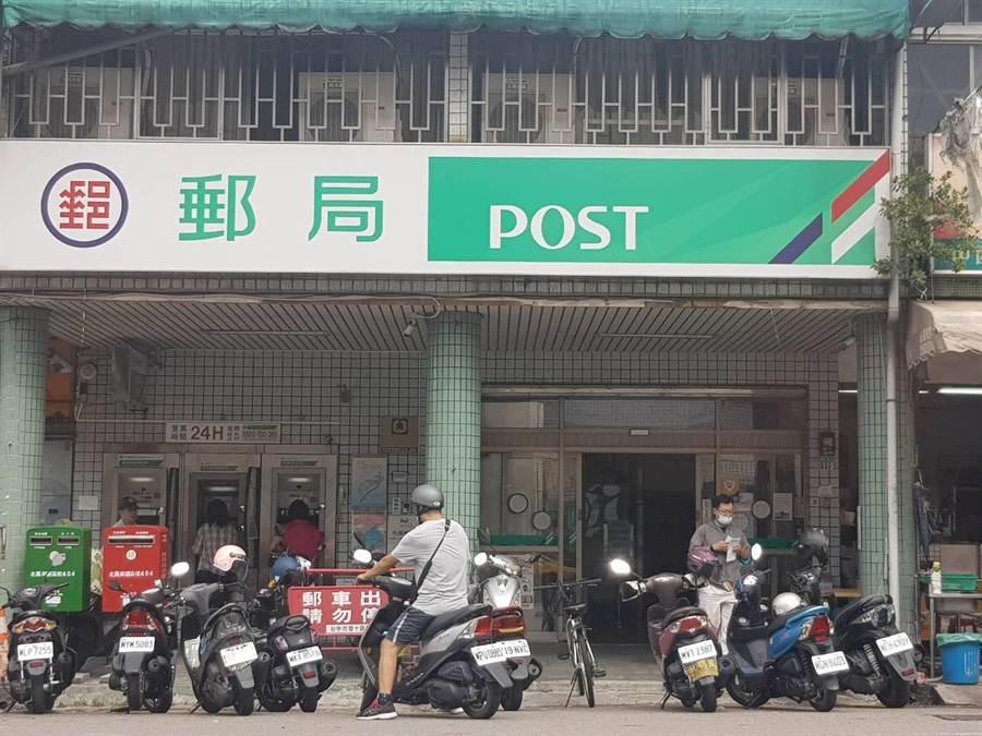北區雙十郵局今天上午8點半沒有購買振興三倍券的排隊人龍。(張妍溱攝)