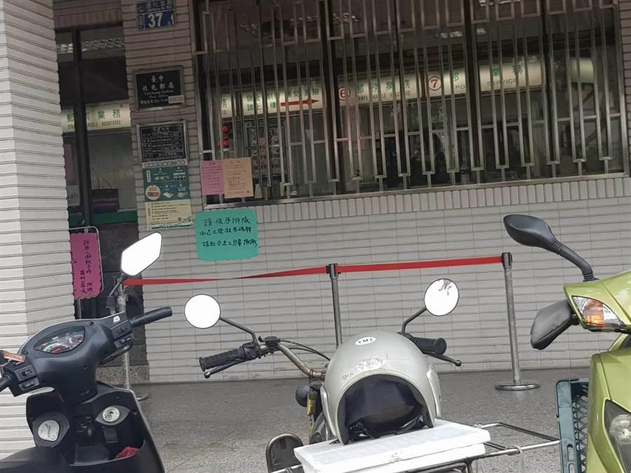 北屯郵局今天上午8點半沒有購買振興三倍券的排隊人龍。(張妍溱攝)