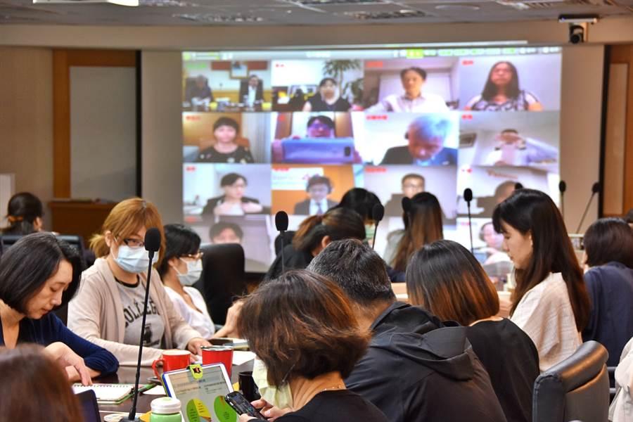 交通部觀光局14日舉行「2020全球推廣行銷線上會議」,由局長張錫聰親自主持,全球15處駐外辦事處不分時區同時上線。(觀光局提供)