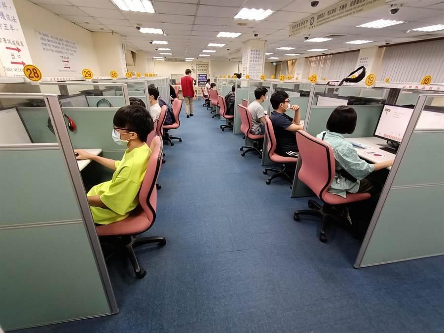 8月汽機車假日考照服務,士林監理所將於7月16日開放網路報名。(翻攝自公路總局官網)