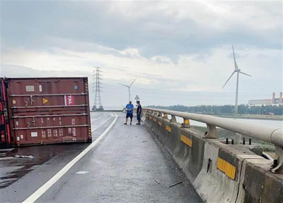 台61南下170+600k,大型貨櫃車竟驟然整車翻覆。(彰化踢爆網提供/吳敏菁彰化傳真)