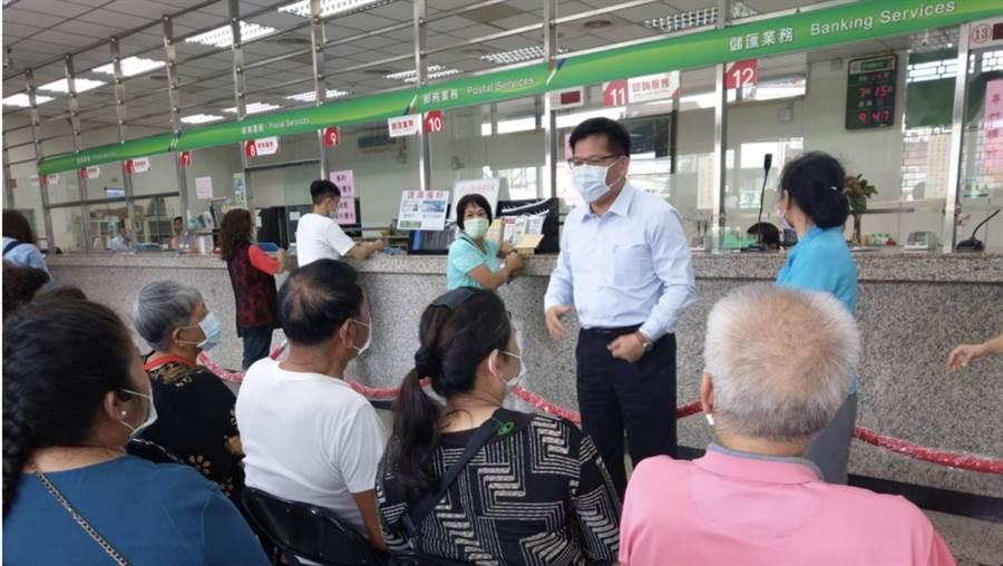 林佳龍部長視察埔里郵局,並感謝民眾配合。(民眾提供/林心柔南投傳真)