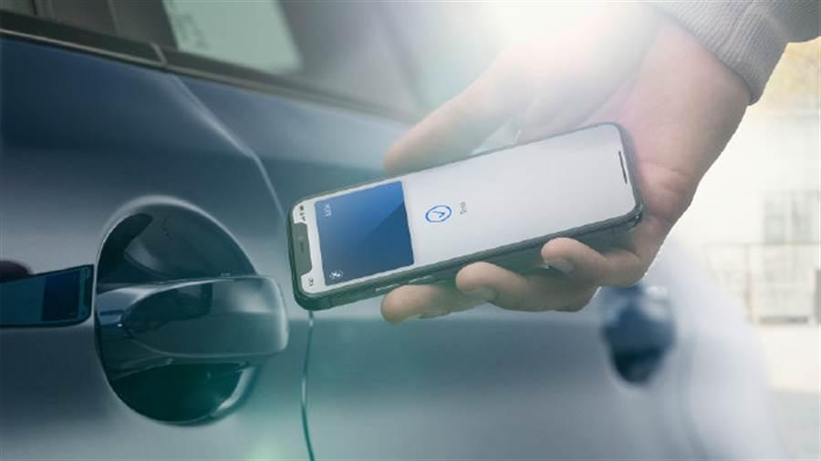 BMW中國的新浪微博帳號,疑似提前曝光了iPhone 12系列的樣貌。(摘自新浪微博)