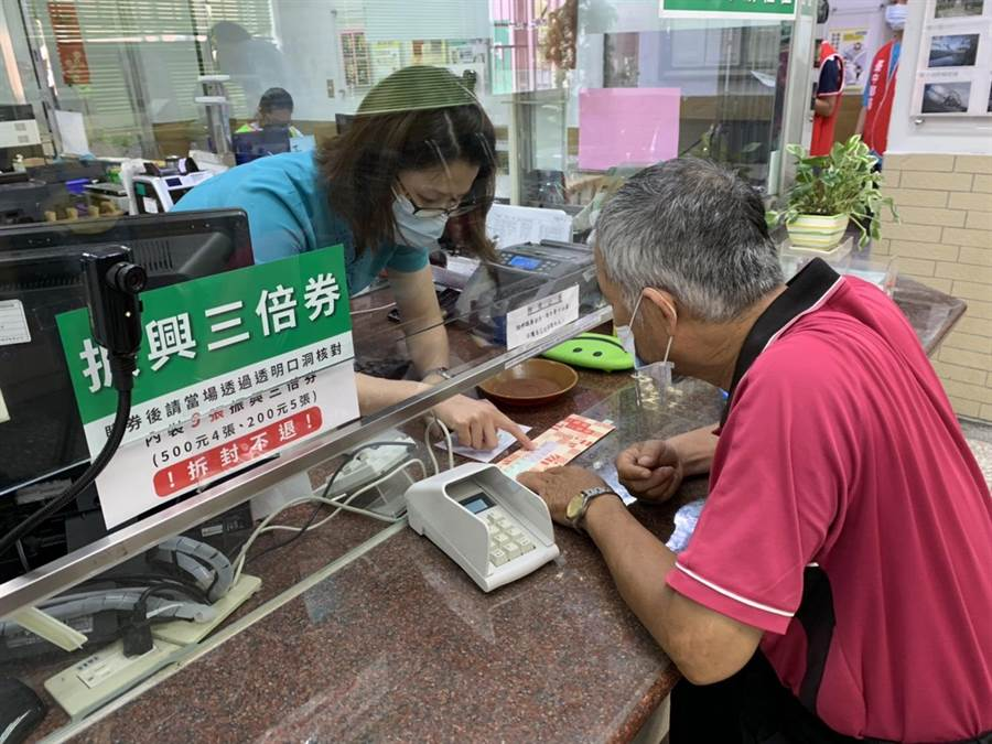 位於國光路與南門路口的國光路郵局只出現零星領取人潮。(陳雅惠提供/馮惠宜台中傳真)