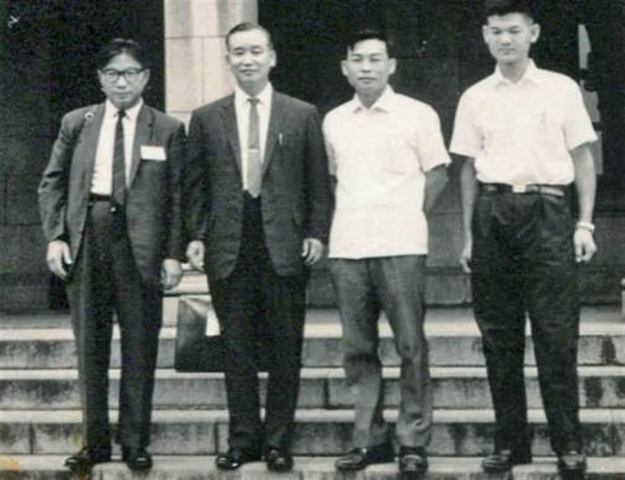 顧元亮院長(左二)、賴光隆博士(左三)。(圖/時報出版)