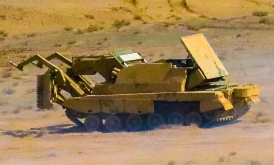 解放軍76集團軍重型合成旅近日出動GCZ110多用途裝甲工程車,在祁連山麓舉行實戰演訓的畫面。(中國軍網)