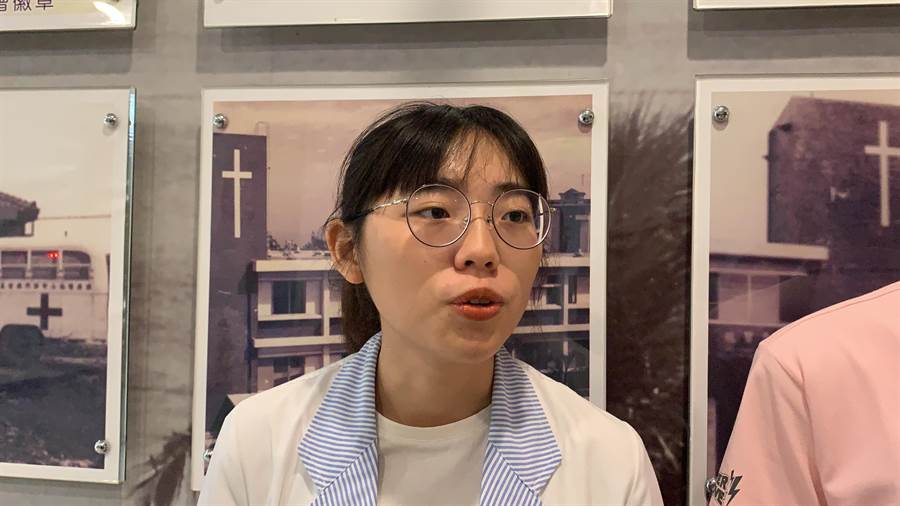 現為門諾社工師的姊姊溫千華說,參與計畫後,自己擁有更多的同理心與視野。(羅亦晽攝)