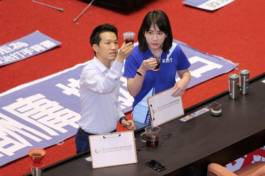 民進黨立委何志偉(左)在議場沖咖啡為失親兒基金會募款,國民黨立委謝衣鳳(右)掏3000元響應。(黃世麒攝)