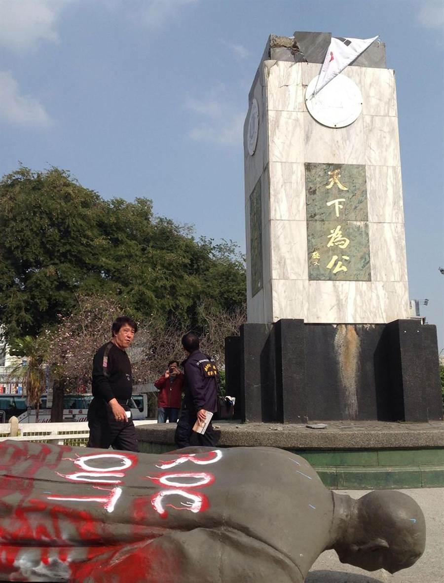 台南市湯德章紀念公園國父孫中山銅像被獨派人士拉倒後,還被噴上「ROC OUT」(中華民國滾出去)等字樣。(本報資料照片)