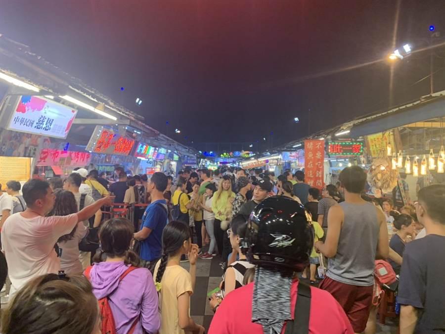 東大門夜市今晚人潮並不多,大部分民眾都用現金消費。(羅亦晽攝)